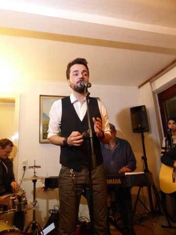 Jonathan Zelter Gibt Privates Wohnzimmer Konzert