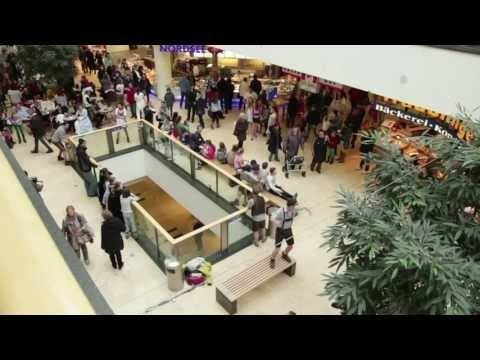 "voXXclub – ""Rock mi"" Flashmob in den Riem Arcaden in München"